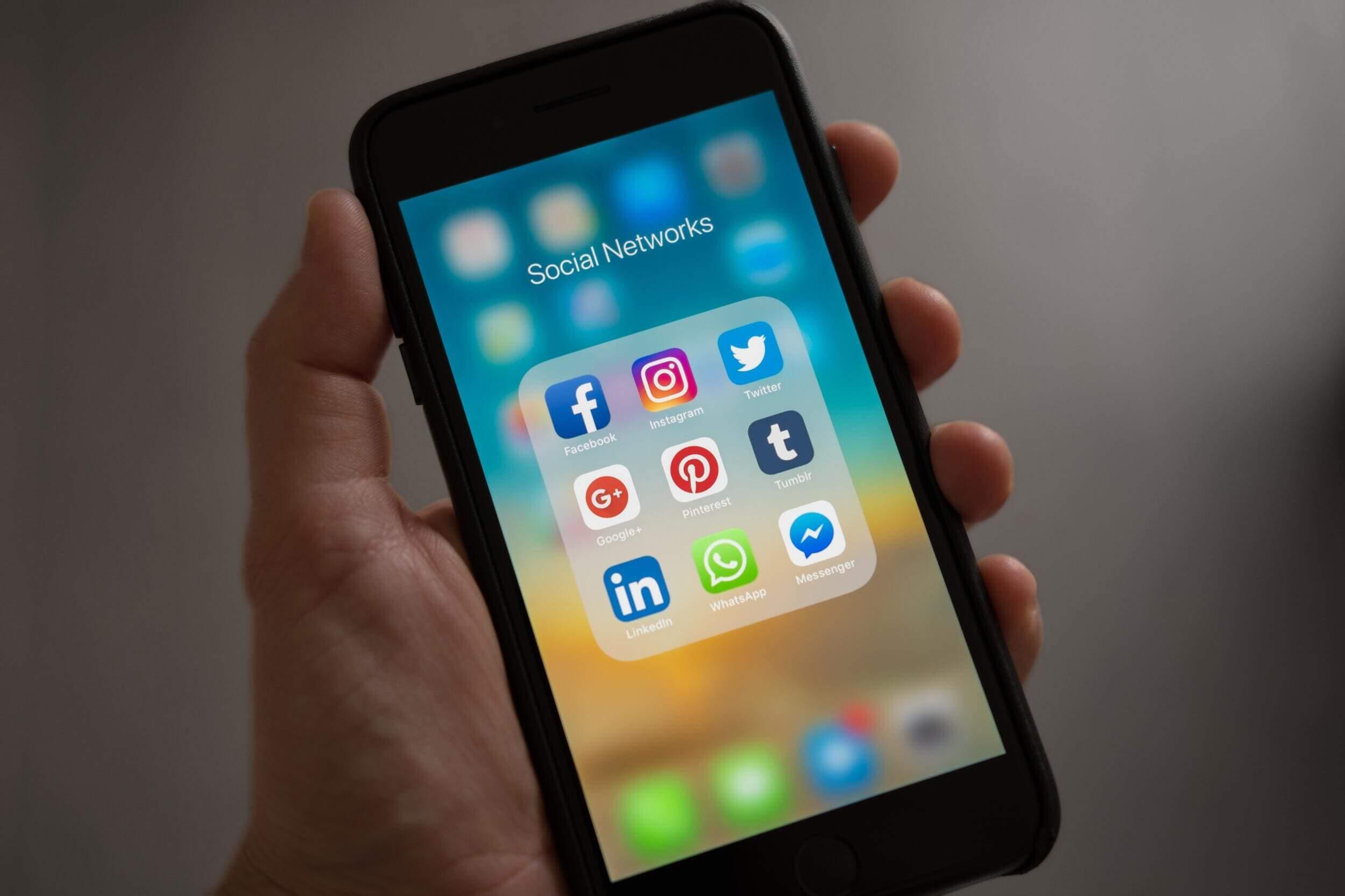 Social Media abgeben oder selbst machen